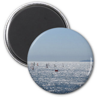 Windsurfing in das Meer. Windsurfers-Silhouetten Runder Magnet 5,7 Cm