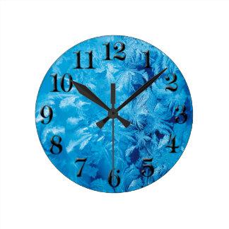 Winter-blaue gefrorene Eiskristall-Raum-runde Uhr