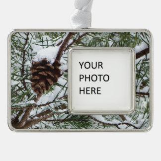 Winter-Natur-Fotografie des Snowy-Kiefern-Kegel-II Rahmen-Ornament Silber