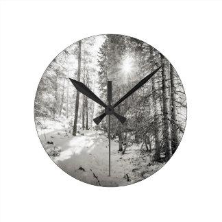 Winter-Sonnenschein-Waldschatten des Graus Runde Wanduhr