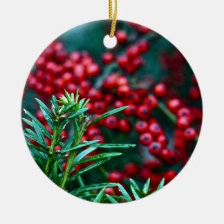 Winter-Zeder und Beeren Rundes Keramik Ornament