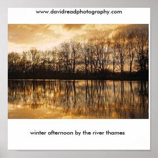 Winternachmittag durch das Fluss tham… Posterdrucke
