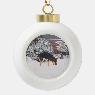 Winterschneeszene mit niedlichem schwarzem und tan keramik Kugel-Ornament