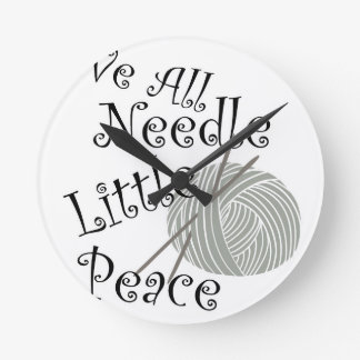 Wir alle Nadel wenig Friedensstrickende Kunst Runde Wanduhr