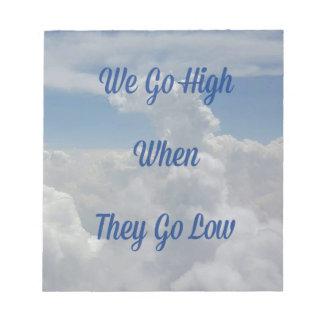 """""""Wir gehen"""" Zitat-ungewöhnliche Wolken-Bildung auf Notizblock"""