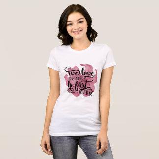 Wir Liebe, weil er uns zuerst liebte. 1JOHN4: 19 T-Shirt