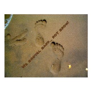 Wir schaufeln Sand-nicht Schnee - Abdrücke im Sand Postkarte