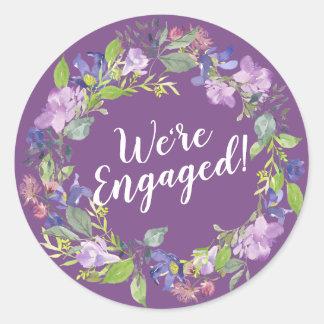 Wir sind verlobter lila BlumenUmschlag Aufkleber