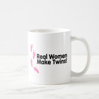 Wirkliche Frauen machen Zwillinge (rosa Abdrücke) Kaffeetasse