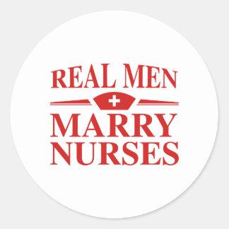 Wirkliche Männer heiraten Krankenschwestern Runder Aufkleber