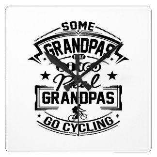 Wirkliches Großväter Go Radfahren Quadratische Wanduhr