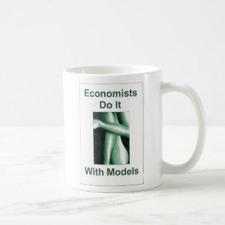 Wirtschaftswissenschaftler tun es mit Modellen Kaffeetasse