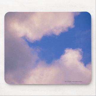 Wispy Wolken gegen blauen Himmel Mousepad