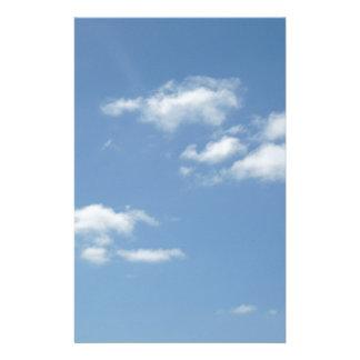 Wispy Wolken-taubenblauer Himmel Briefpapier
