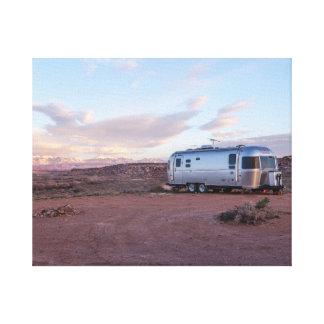 Wohnwagen in der Wüste Leinwanddruck