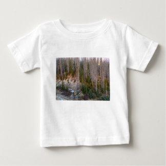 Wolf Creek-Durchlauf-Waldlandschaft Baby T-shirt