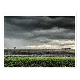 Wolken über Feldern des Graslands Postkarte