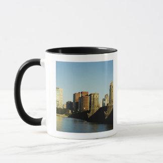 Wolkenkratzer nahe einer Brücke über einem Fluss, Tasse