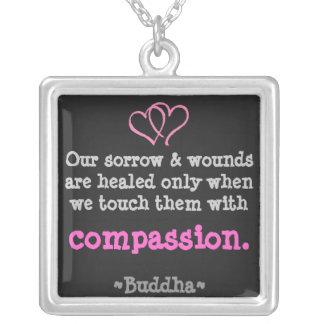 Wunden werden mit Mitleid-Halskette geheilt