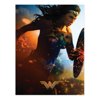 Wunder-Frau, die auf Schlachtfeld läuft Postkarte
