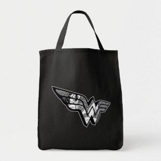Wunder-Frau, die in winkligem Spitze-Logo sitzt Einkaufstasche