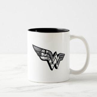 Wunder-Frau, die in winkligem Spitze-Logo sitzt Zweifarbige Tasse