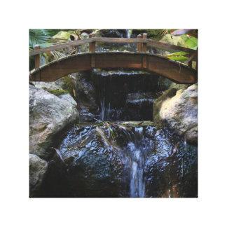 Wunderliche Brücke über Wasserfall Leinwanddruck