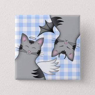 Wunderliche graue Tabbykatzen auf blauem Gingham Quadratischer Button 5,1 Cm