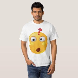 Wunderndes emoji auf weißem T-Shirt