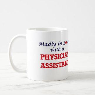 Wütend in der Liebe mit einem Arzt-Assistenten Kaffeetasse