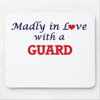 Wütend in der Liebe mit einem Schutz Mousepad