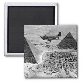 WWII Transport-Flugzeuge, die über Pyramiden Kühlschrankmagnet