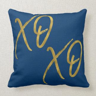 XO XO umarmt und küsst Kissen