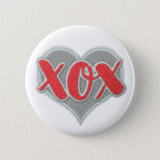 XOX Umarmungen und Küsse mit Sticheffekt Runder Button 5,7 Cm