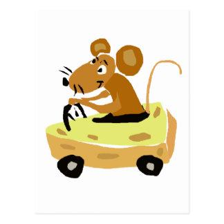 XX Maus, die einen Käse-Auto-Cartoon fährt Postkarte