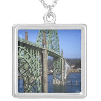 Yaquina Bucht-Brücke, welche die Yaquina Bucht Versilberte Kette