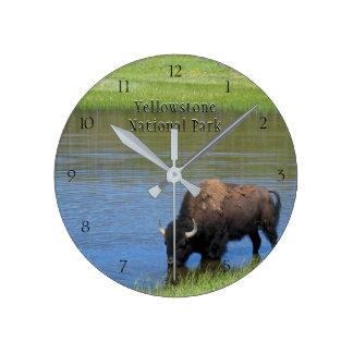 Yellowstone Nationalpark Bison im Teich Runde Wanduhr