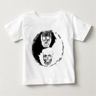 yin und Yang-Rauchschädel Baby T-shirt
