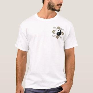 Yin Yang auf vorderer Tasche und an Rückseite T-Shirt