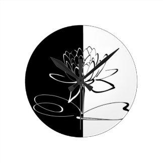 Yin Yang Schwarz-weiße Lotos-Blüte Runde Wanduhr