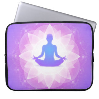 Yoga-Harmonie-lila Blumenkunst-Illustration Laptop Sleeve