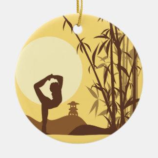Yoga im Sonnenschein Keramik Ornament