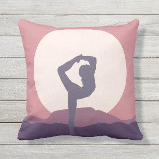 Yoga in Lila Kissen