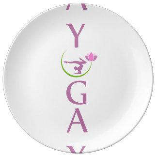 Yoga mit einem rosa Lotos Porzellanteller