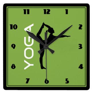Yoga-Pose-Silhouette auf grünem Hintergrund Quadratische Wanduhr