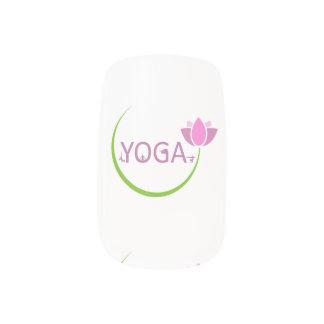 YOGA-Posen mit einem rosa Lotos Minx Nagelkunst