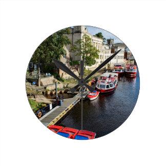 York-Stadt-Rathaus und rote Boote Runde Wanduhr