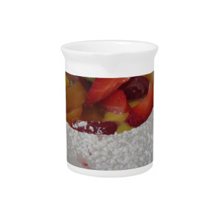 Zabaglionecreme mit frischer Frucht und gerollter Krug