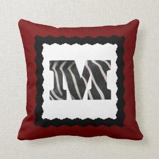 Zebra-Buchstabe M, B&W auf hochrotem Kissen