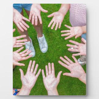 Zehn Arme der Kinder im Kreis mit Palmen der Hände Fotoplatte